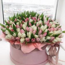 Букет 101 тюльпан в шляпной коробке